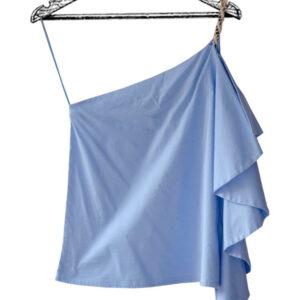 Blusa medio beso azul claro con volante marca Azulu
