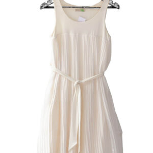Vestido talego color crema plisado escote redondo con cinturón marca Adrissa