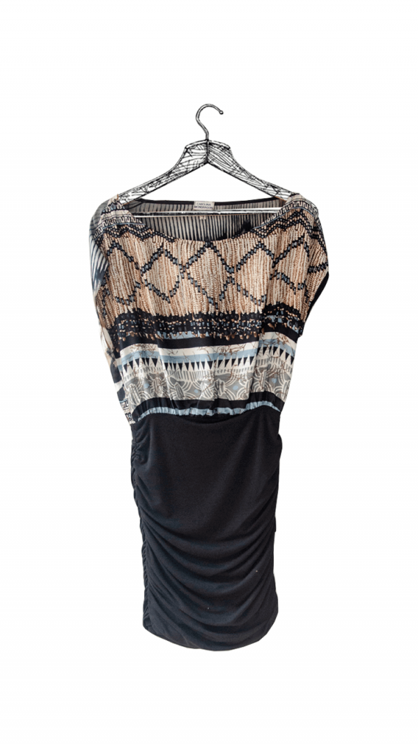 Vestido corto estampado con caucho en caderas marca Corolina Mondragón